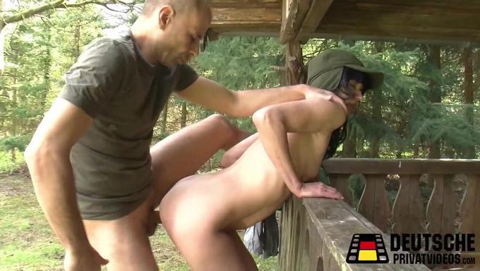 Смотреть порно красотка сосет в лесу